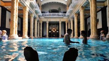 Il relax è totale fra le architetture liberty dei Bagni Termali Gellért di Budapest (foto: Alamy/Milestonemedia)
