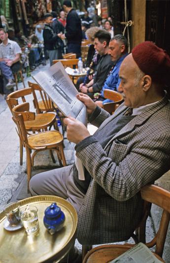 La famosa caffetteria El Fishawi, dove gli uomini egiziani amano bere, fumare la shisha e leggere il giornale (foto: Alamy/Milestonemedia)