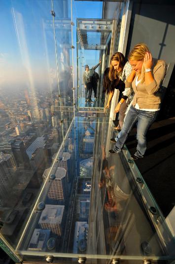 Skydeck alla Willis Tower: chi l?ha provato dice che il primo passo è una sorta di tuffo al cuore