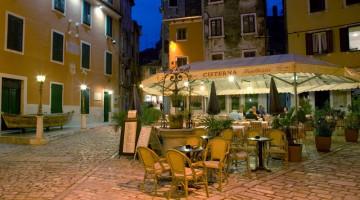 Un angolo della città vecchia di Rovigno, caratterizzata da case in pietra e strette viuzze (foto Alamy/Milestonemedia)