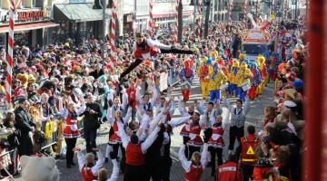 Un volo spettacolare durante la parata del lunedì delle rose, la più importante parata del Carnevale di Colonia (foto: J. Rieger, Köln/Festkomitee Kölner Karneval)