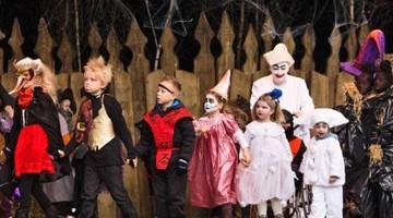 Una parata di Halloween con i bambini in maschera