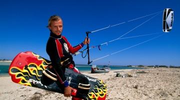 Il bello di Djerba: fra gli sport più amati da praticare c'è il kitesurf (foto: Alamy/Milestonemedia)