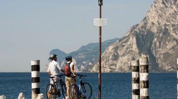 Più di 400 chilometri di piste ciclabili, un?altimetria che spazia dai 60 agli oltre 2000 metri d?altezza, grandi specchi d?acqua fanno del Trentino un?immensa palestra a cielo aperto. Nella foto il lago di Garda