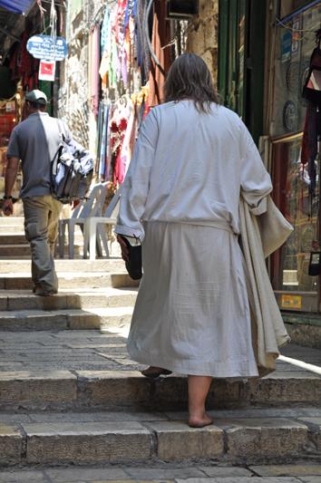 Un pellegrino prega e percorre la Via Crucis scalzo (foto: Valentina Castellano Chiodo)