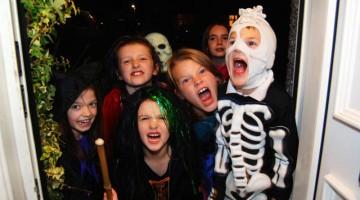 Notte di Halloween: i bambini vanno porta a porta e se non ci sono dolci è lecito far rabbrividire chi non li ha comperati (foto: Alamy/Milestonemedia)
