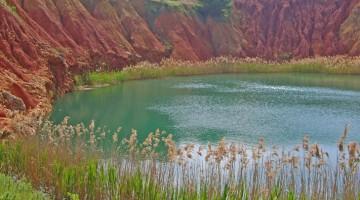 Il rosso della terra contrasta col turchese dell?acqua nei piccoli laghi del percorso naturalistico Orte-Palascia, in provincia di Lecce