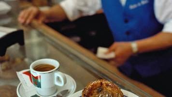 Pasteis a Belem: il consiglio è di prendersi una pausa e gustarne un paio di dolcetti accompagnati da una bica, cioè un caffè o una cioccolata calda (foto: Alamy/Milestonemedia)