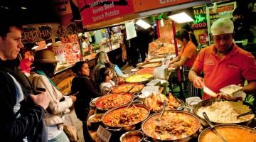 Golosità dal mondo fra i banchi del mercato di Candem Town (foto: Alamy/Milestonemedia)