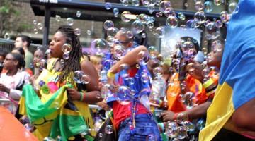 Bolle di sapone, musica e festa fra le strade del quartiere di Notting Hill (foto: Alamy/Milestonemedia)
