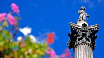 Londra: l?alta colonna centrale di Trafalgar Square ricorda il coraggioso ammiraglio Horatio Nelson, mente della battaglia navale, che però gli costò la vita (foto: Alamy/Milestonemedia)