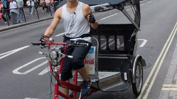 A guidarli sono giovani londinesi che non consumano benzina, ma al quale non dispiace una spremuta d'arancia fresca per prendere energia (foto: Alamy/Milestonemedia)