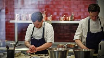 Tom Sellers all'opera nel suo ristorante che dopo solo 5 mesi dall'apertura ha guadagnato una stella Michelin