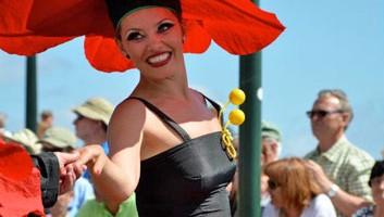 Le più belle ragazze dell?isola si trasformano in rose sorridenti e accompagnano i bambini ballando e soffiando baci alla folla (foto: Facebook/Madeira Flower Festival)