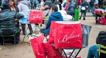 I love shopping in New York: pacchetti e buste piene di regali di Natale (foto: Alamy/Milestonemedia)