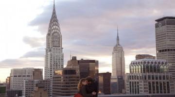 Un'immagine romantica sui tetti di New York tratta dal film Il giorno in più, ispirato all'omonimo romanzo di Fabio Volo