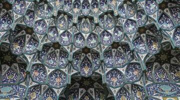 Un dettaglio della cupola all'interno della Grande Moschea di Muscat (foto: Alamy/Milestonemedia)