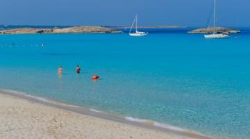 L'incantevole Playa de Ses Iletes è molto frequentata anche dai velisti che trovano riparo nella baia (foto Alamy/Milestonemedia)