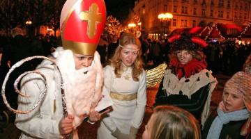 Il 5 dicembre a Praga si festeggia San Nicola e i ragazzi vanno per le strade in cerca del vecchietto dispensatore di caramelle e carbone (foto: Alamy/Milestonemedia)