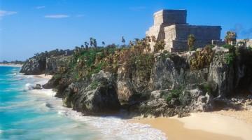 Messico, Yucatan, Riviera Maya: basta spingersi fino a Tulum per scoprire un vero paradiso. Il complesso archeologico a picco sul mare ha fatto sì che fosse la prima città Maya ad essere avvistata dagli spagnoli il 3 marzo 1517 (foto: Alamy/Milestonemedia)
