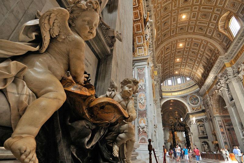 I grandi angeli reggono le acque santiere nella navata centrale della Basilica di San Pietro (foto: Alamy/Milestonemedia)