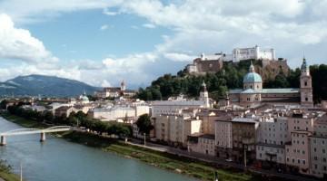 Salisburgo si affaccia sulle rive del fiume Salzach, ai confini settentrionali delle Alpi (foto Alamy/Milestonemedia)