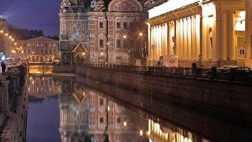 Le cupole della Cattedrale del Sangue Versato, che lanciò lo stile modernista neorusso, si specchiano sul canale (foto: Alamy/Milestonemedia)