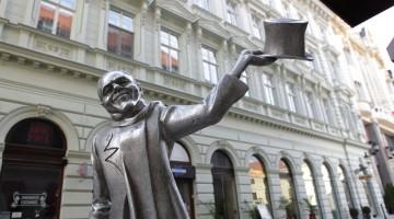Una delle statue di bronzo fra le vie di Bratislava (foto: Alamy/Milestonemedia)