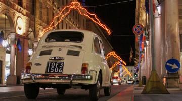 Come una grande scenografia urbana ritornano a brillare fra le strade della storica città regia le installazioni luminose di Luci D?Artista (foto: Facebook/Luci d'Artista)