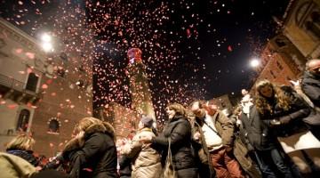 Edizione 2012 di Verona in Love: chi trova il coriandolo rosa vince una bottiglia di vino Bardolino Chiaretto (foto: Archivio Provincia di Verona Turismo /Ferruccio Dall?Aglio)