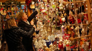 Le mode passano ma il Mercatino di Natale della Vecchia Vienna (è chiamato anche il mercatino di Gesù Bambino), quello di piazza Freyung, è sempre in voga (foto: Alamy/Milestonemedia)