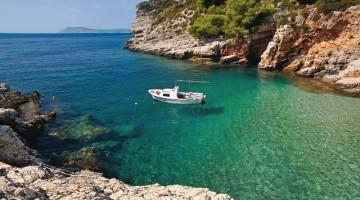 Acque trasparenti, rocce rosse e grotte nella baia di Pritiscina (Foto Roberto Della Noce)