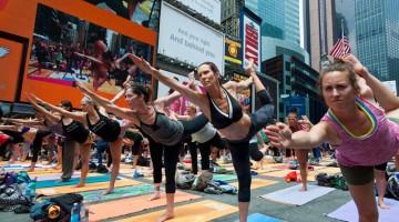 Yoga nella Grande Mela: sono sempre più numerosi gli amanti che lo praticano anche in una metropoli caotica come New York (foto: Alamy/Milestonemedia)