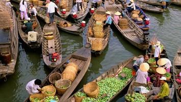 Un caratteristico mercato sul fiume nel delta del Mekong (foto Alamy/Milestonemedia)