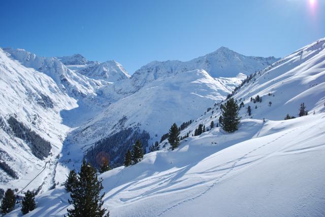 La grande stagione dello sci prosegue fino a maggio, con neve polverosa e naturale, su tutte le piste, e un sole bello caldo