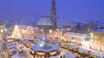 In Alto Adige i mercatini sono un vero must dello shopping natalizio, ancora più belli e pittoreschi quando sono coperti di neve
