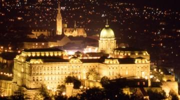 Budapest by night: la Galleria Nazionale d'Arte e il Museo Storico sono all'interno del Palazzo o Castello Reale