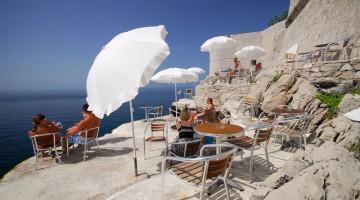 Buza bar di Dubrovnik: è appollaiato sulle antiche mura di cinta della città (foto:alamy/milestonemedia)