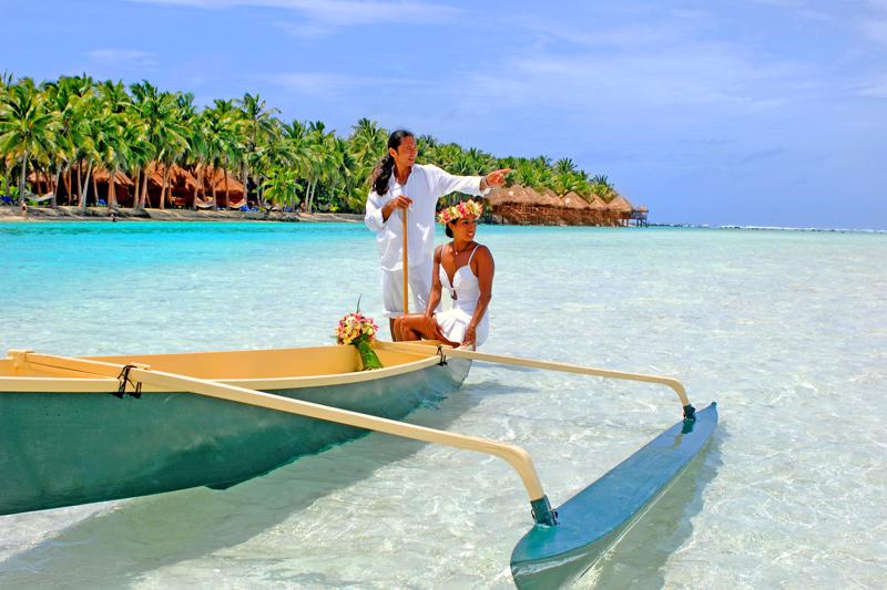 Una fotografia su una canoa nell'incantevole Aiutaki Lagoon