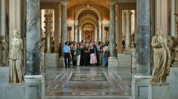 C'è sempre fila, ma l'ingresso è gratuito ogni ultima domenica del mese ai Musei Vaticani (foto: Alamy/Milestonemedia)