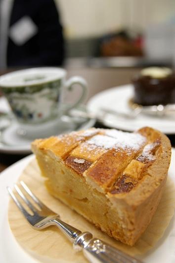 Una fetta di pastiera napoletana accompagnata da una tazza di caffé al Gambrinus di Napoli (foto: Flickr/yuichi.sakuraba)