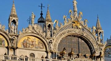 Tramonto sulle cupole della Basilica di San Marco a Venezia (foto: Alamy/Milestonemedia)