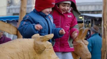I bambini si divertono in mezzo alle sculture di legno del presepe di Winterthur in Svizzera (foto: Valentina Castellano Chiodo)