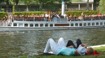 Berlino: anche senza non ha il mare, lo Sprea si trasforma con angoli di relax in stile balneare (foto: Visit Berlin)