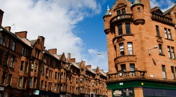 Gli edifici delle vecchie abitazioni in High Street nell'East End di Glasgow, Scozia, sono in mattoni di arenaria rossa (foto: Alamy/Milestonemedia)