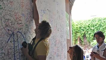 Innamorati scrivono sui muri di Casa Capuleti (foto: Valentina Castellano Chiodo)