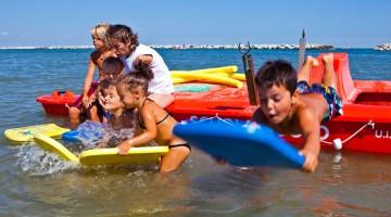 Risate e tuffi in Riviera Romagnola, patria del divertimento estivo italiano