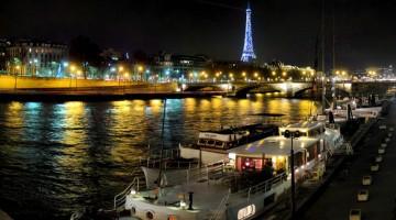 Notte dei musei di Parigi: classico panorama lungo la Senna con la Tour Eiffel che brilla allo scoccare della mezzanotte (foto: Flickr/Panoramas)