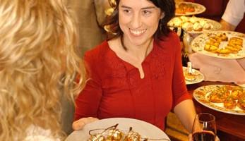 I pintxos, spuntini offerti in tutti i bar, sono solitamente accompagnati con vinello bianco (foto: Basquetour)