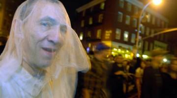 """Originali, macabri, spaventosi: i costumi della Village Halloween Parade sono sempre creativi come questo """"fantasma da strada"""" (foto: Alamy/Milestonemedia)"""